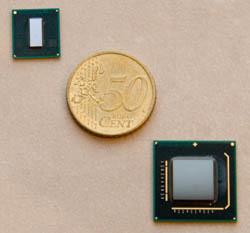 Der Atom-Prozessor (oben) ist kleiner als das Die manches anderen Prozessors und entsprechend günstig zu fertigen. Größer ist der System Controller Hub (unten).