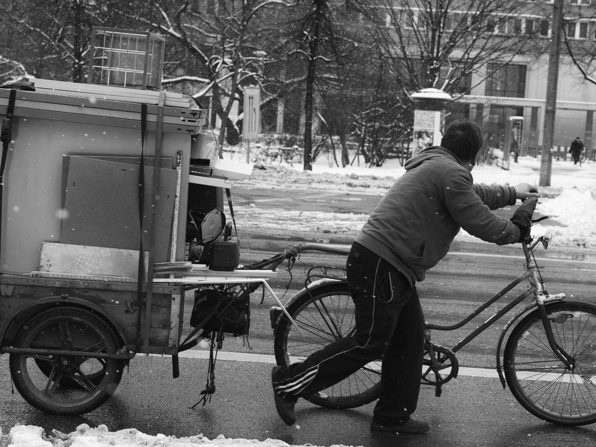 mann schiebt fahrrad mit anh nger von s kohlmann. Black Bedroom Furniture Sets. Home Design Ideas