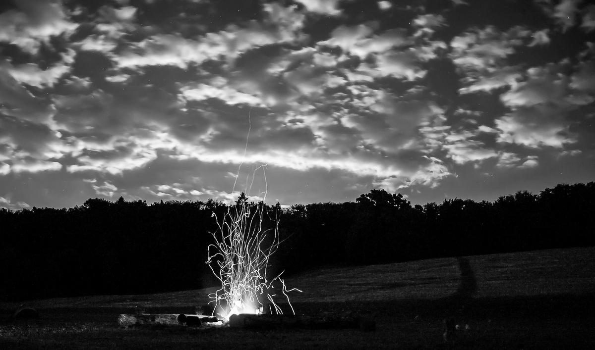 himmel mit lagerfeuer sw 4713 von caesar 13 galerie heise foto. Black Bedroom Furniture Sets. Home Design Ideas