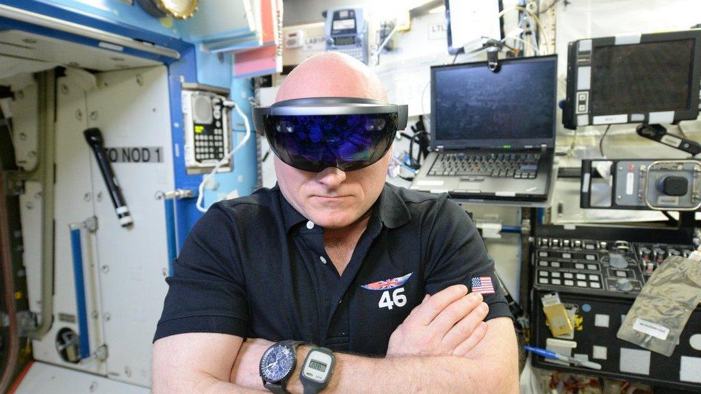 augmented reality brille nasa astronaut beginnt mit test. Black Bedroom Furniture Sets. Home Design Ideas