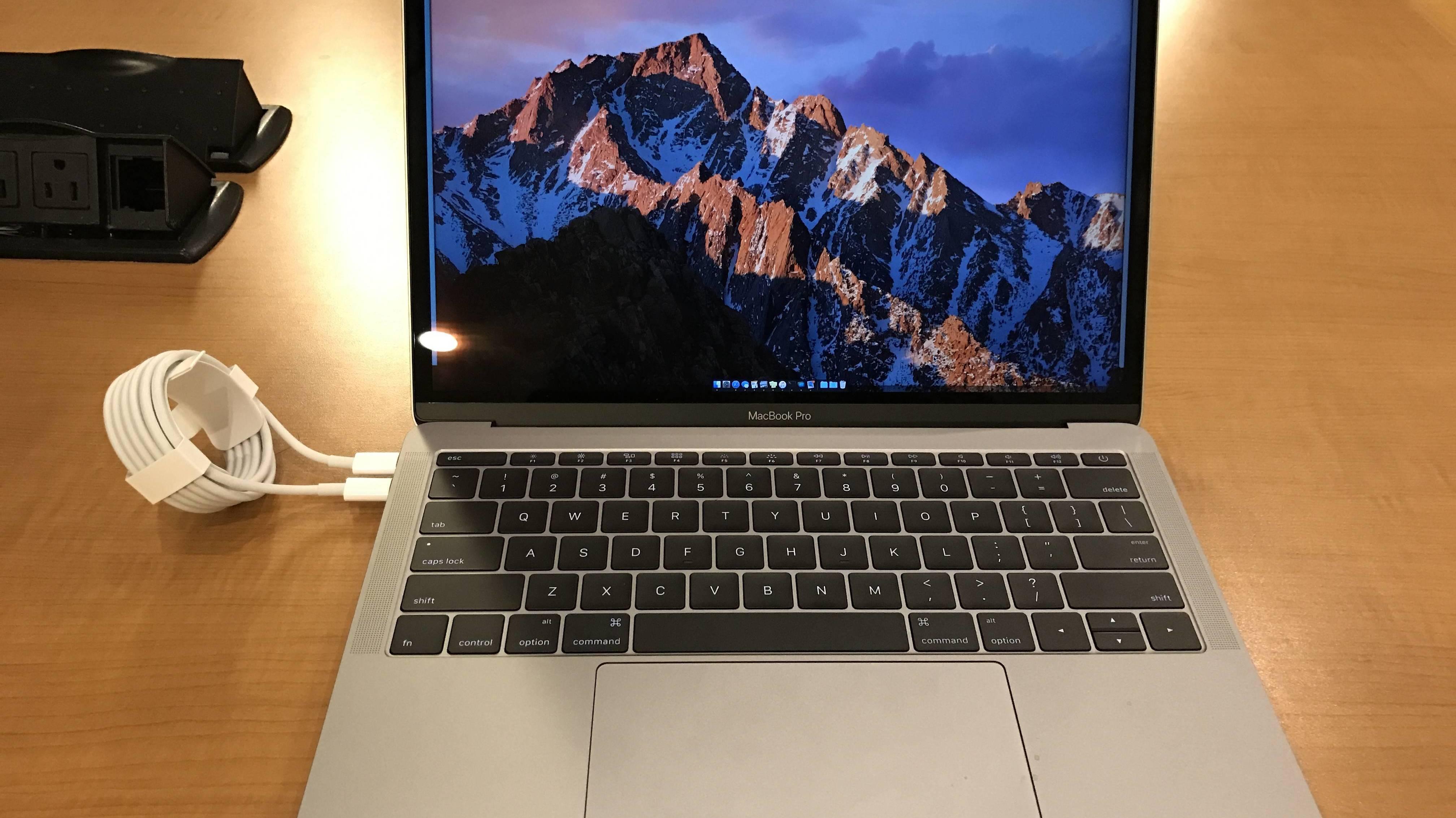 """Kleines MacBook Pro kann sich selbst """"laden"""""""