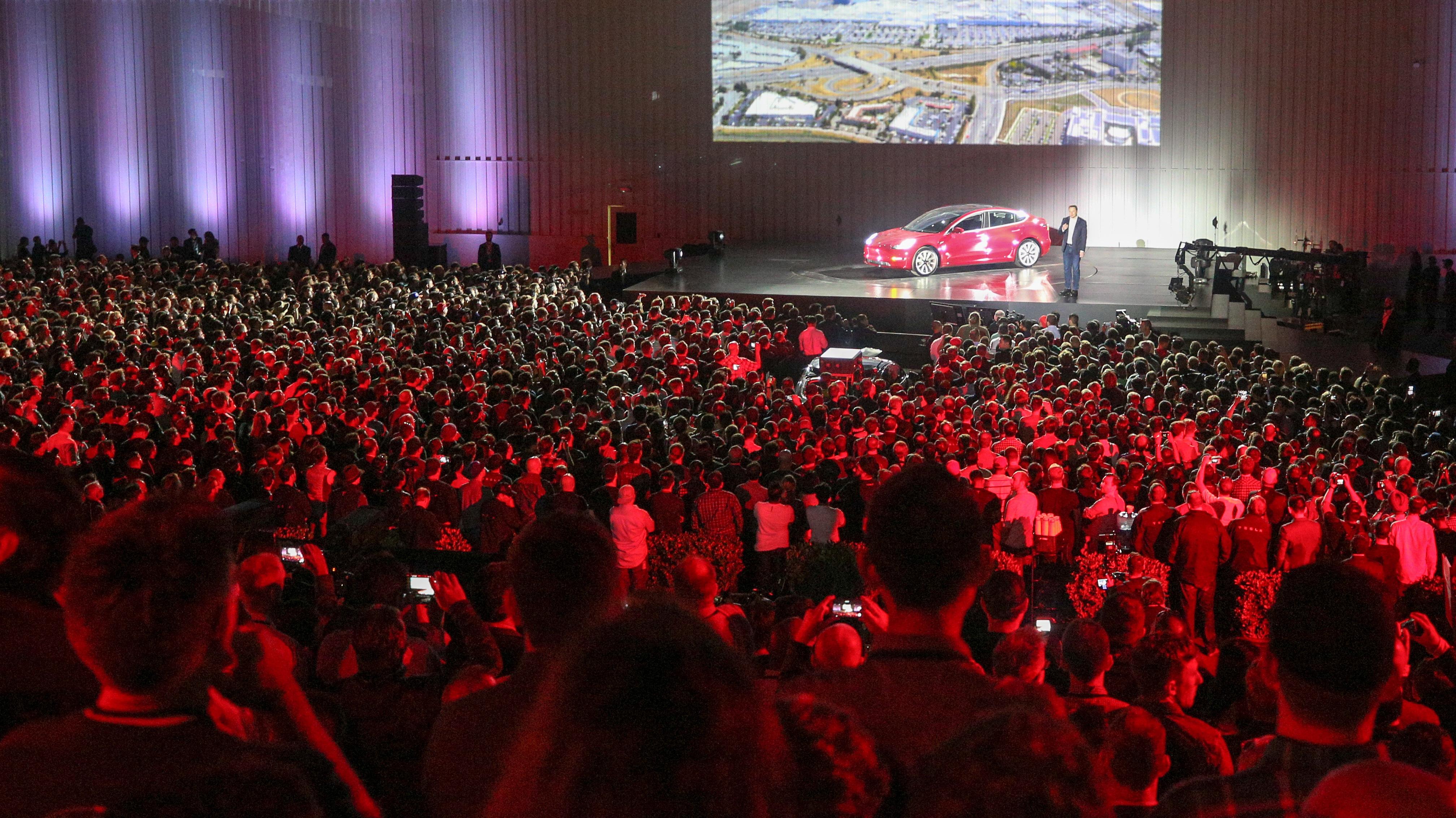 Mit Dem Model 3 Will Tesla Auch Elektroauto Käufer Außerhalb Der  Luxus Nische Ansprechen. Nachdem Die Serienproduktion Vor Rund Einem Monat  Anlief, ...