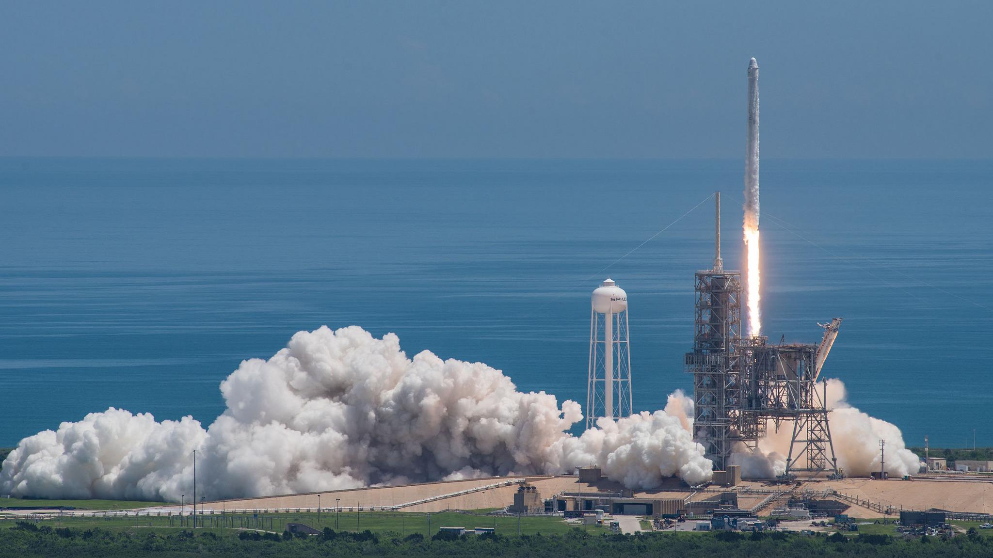 SpaceX: Raumfrachter Dragon zur ISS gestartet | heise online