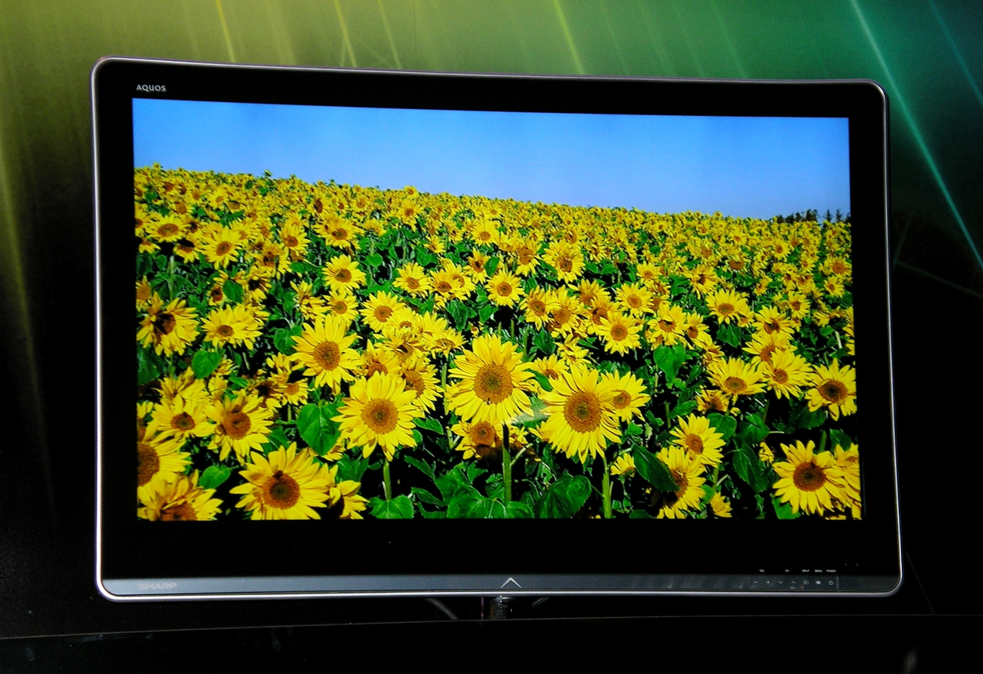 sharp bringt mehr farbe ins flachbild tv heise online. Black Bedroom Furniture Sets. Home Design Ideas